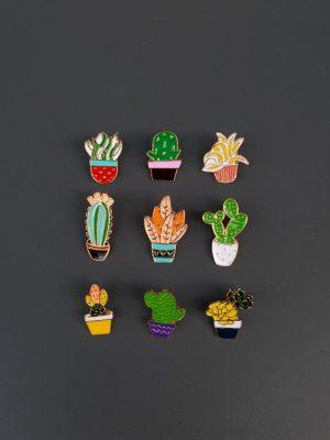 Rostlinné brože ve tvaru kaktusů a pokojových rostlin, ideální k připnutí na bundu, batoh, kabelku či kabát.