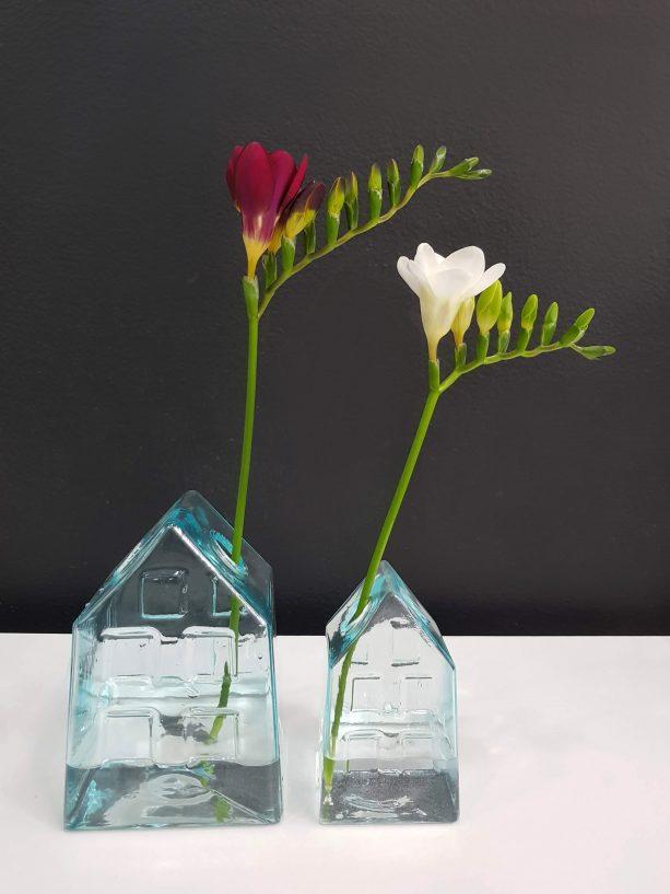 Skleněná váza ve tvaru domku